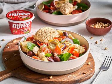 Tortellini Salat auf mediterrane Art mit einer Nocke miree Paprika Chili getoppt