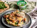 Blumenkohlsteaks vom Grill auf Hummus und Miree Frischkäse angerichtet auf Teller