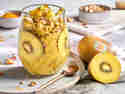 Overnight Oats mit goldener Milch und goldener Kiwi im Glas