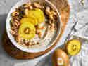 Smoothie Bowl mit goldener Kiwi und Granola in Schüssel