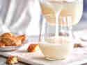 Dinkelmilch wird in ein Glas gegossen