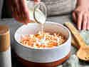 Mayonnaise-Dressing über Coleslaw geben
