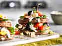Greek-Grill-Tower mit Hirten-Hacksteaks und Bauernsalat angerichtet auf Tablett