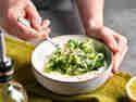 Gurke und Joghurt für Tzatziki verrühren