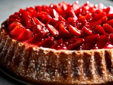 Ganz closer Bildausschnit von der Erdbeertorte mit Pudding.