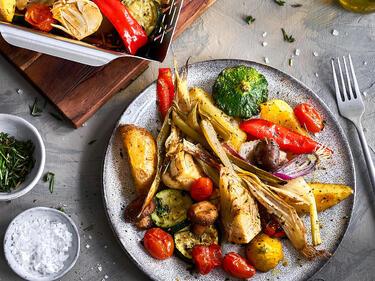 Buntes Grillgemüse auf dem Teller und im Grillkorn