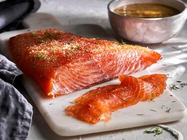 Lachs beizen: Gebeizter Lachs auf Marmorbrett serviert