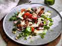 Tomate-Mozarella-Salat auf Teller angerichtet