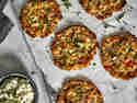 Schnelle Hüttenkäsetaler mit Kräutern und Tomaten