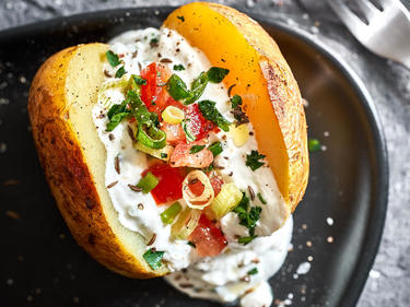 Grillkartoffeln, aufgeschnitten und mit veganer Sour Cream gefüllt