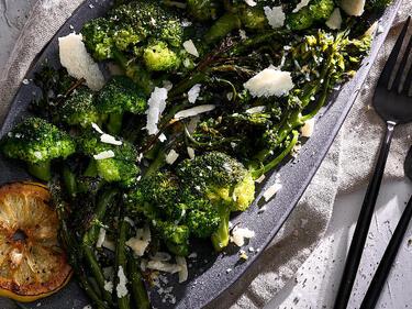Gegrillter Brokkoli mit Parmesan und gegrillter Zitrone