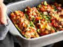 Zucchini-Hackfleisch-Auflauf überbacken serviert in Auflaufform