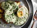 Grüne Sauce mit Kartoffeln und Ei auf einem Teller serviert.