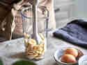 Schritt 3: Bananen im Mixbehälter mit Stabmixer pürieren