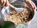 Schritt 8: Nüsse und Schokolade unter den Teig heben