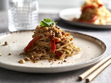 One Pot Pasta Thai Style mit Erdnüssen auf Teller serviert