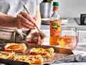 Tartelettes mit Pfirsich serviert mit Honig und Fuze Tea