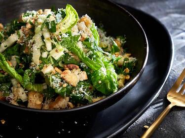 Mangold Salat mit Zitronendressing in Schüssel serviert