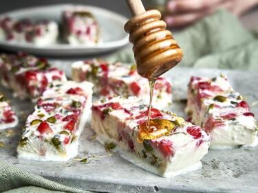 Frozen-Joghurt-Riegel werden mit Honig beträufelt