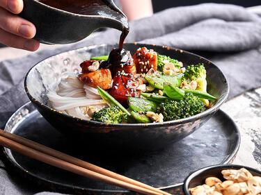 Glasnudel-Bowl asiatisch: mit Gemüse, übergossen mit dunkler Sauce