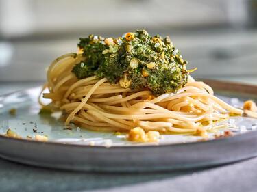 Basilikum Minz Pesto mit Haselnüssen auf Spaghetti