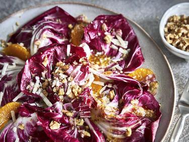 Radicchio-Salat mit Orangen, garniert mit Walnüssen, Parmesan und Dressing