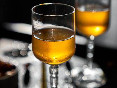 Haselnusslikör in Glas serviert