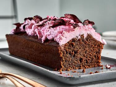 Angeschnittener Rote-Bete-Kuchen wird auf einer Kuchenplatte serviert.