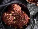 Bacio-Eis mit gehackten Haselnüssen und Schokolade