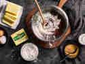 Mehl, Backkakaopulver, Eier, Zucker und Butter stehen zum Backen bereit