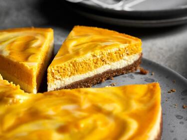 Kürbis Cheesecake serviert auf einem Teller