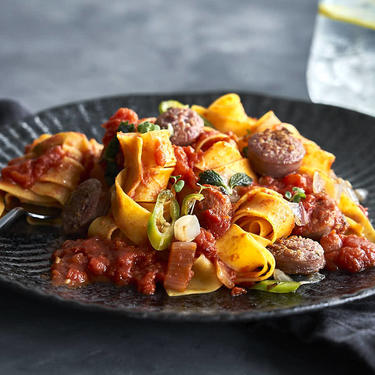 Pasta mit Salsiccia und Chili auf einem dunklen Teller