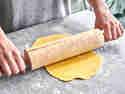 Rolle deinen Teig mit dem Nudelholz aus, bis er 3-4 mm dick ist.