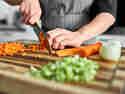 Lasagne selber achen: Möhren und Gemüse mit Messer fein würfeln