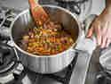 Lasagne selber machen: Gemüse und Fleisch im Topf anbraten