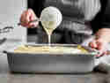 Lasagne selber machen: Béchamelsauce auf Lasagne geben
