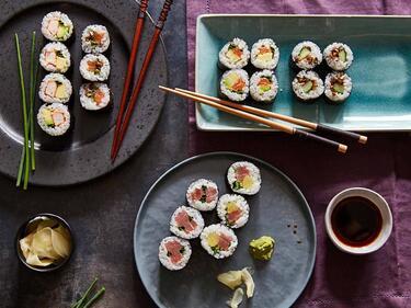 Sushi Maki auf verschiedenen Tellern angerichtet