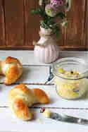 Fruehstueck_Croissants-mit-Butter_Lirumlarumloeffelstiel