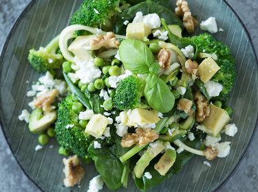 Zucchini Nudeln mit Avocado-Walnuß-Pesto_mag