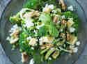 Zucchininudeln mit Brokkoli und Avocado-Walnuss-Pesto