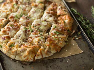 Pizza mit Hähnchen vom Blech