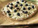 Vollkornpizza mit Brombeeren, Fenchel und Schafskäse