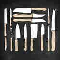 Küchenmesser ausgelegt auf einem dunklen Untergrund