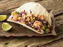 Tortillas mit würzigem Avocado-Lachs-Salat