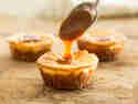 Glutenfreie Cheesecake-Törtchen mit Karamell