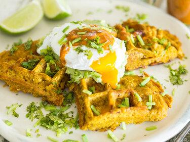 Süßkartoffel-Waffeln mit Avocado-Creme und pochiertem Ei