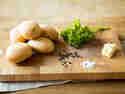 Aus Kartoffeln, Butterschmalz, Petersilie, Salz und Pfeffer bereitest du knusprige Bratkartoffeln zu.