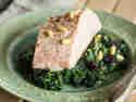 Gedämpfter Lachs mit Spinat und Pinienkernen