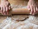 Wenn du Teig, Arbeitsfläche und Nudelholz gut einmehlst, solltest du keine Probleme mit klebrigem Teig haben.