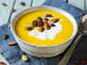 Vegane Kürbis-Karotten-Suppe mit Cashew-Creme